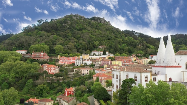 Widok z lotu ptaka na sintra, portugalia z pałacem narodowym