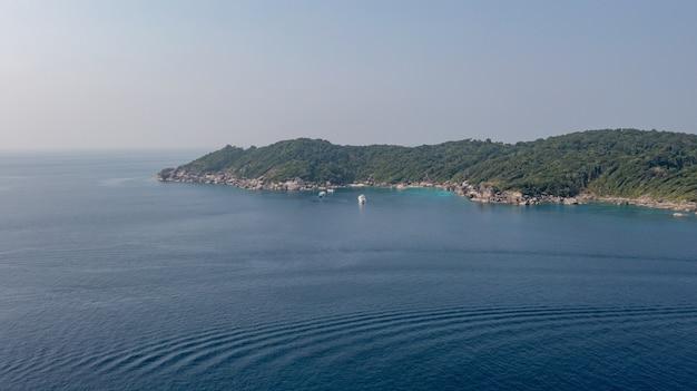 Widok z lotu ptaka na skaliste wybrzeże korsykańskich wysp similan, tajlandia, morze andamańskie