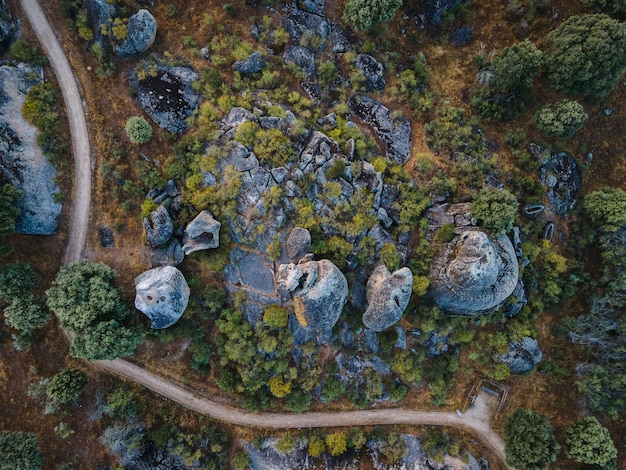 Widok z lotu ptaka na skalisty krajobraz w estremadura, hiszpania