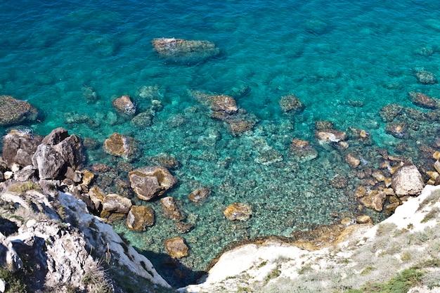 Widok z lotu ptaka na skały na morzu. przegląd widocznego dna morskiego, widok z góry