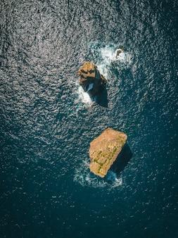 Widok z lotu ptaka na skały w morzu w słoneczny dzień