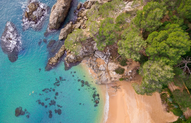 Widok z lotu ptaka na skały w morzu