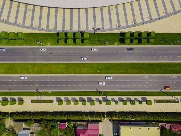 Widok z lotu ptaka na skrzyżowanie kołowe, ruch miejski z samochodami na drodze.