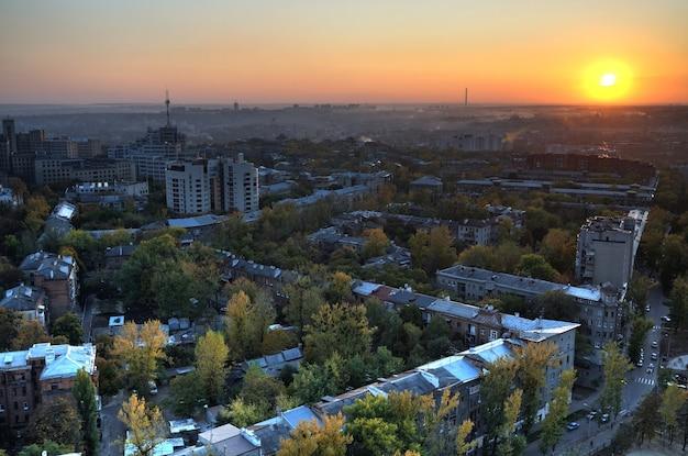 Widok z lotu ptaka na słońce wschodzi latem nad europejskim miastem latem