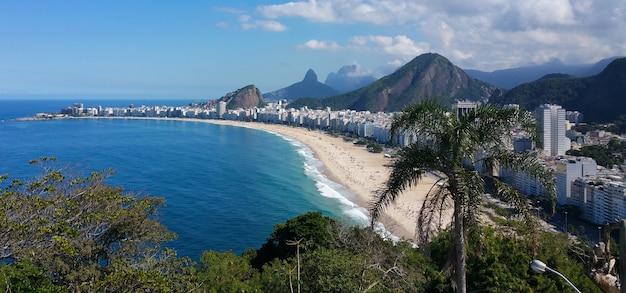 Widok z lotu ptaka na słynną plażę copacabana w rio de janeiro brazylia.