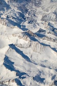 Widok z lotu ptaka na śnieżną górę