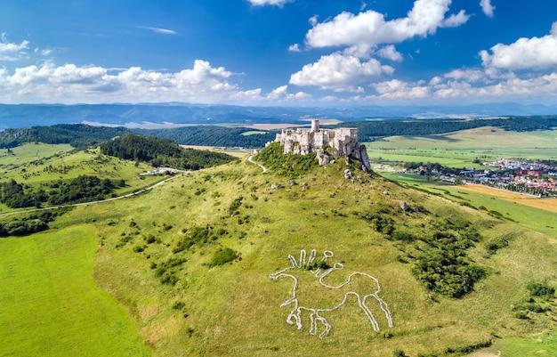 Widok z lotu ptaka na spiski hrad lub zamek spiski, miejsce na słowacji