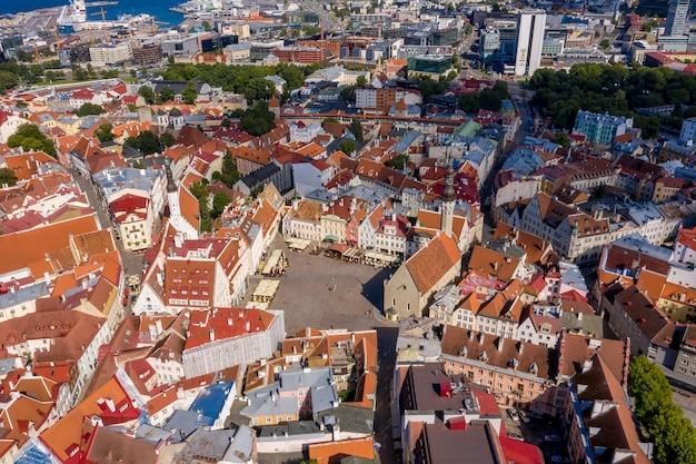 Widok z lotu ptaka na średniowieczne, piękne otoczone murami miasto tallinn, estonia