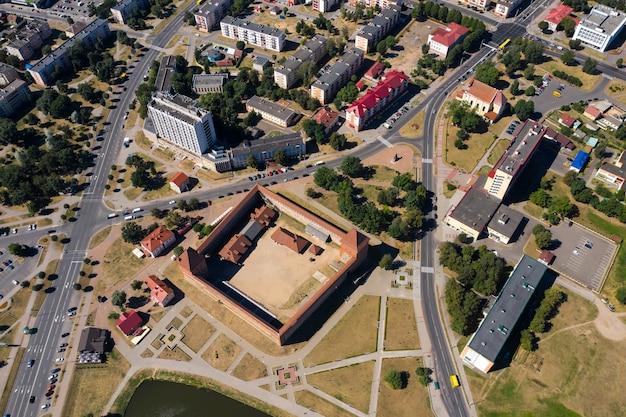 Widok z lotu ptaka na średniowieczny zamek lida w lidzie. białoruś. zamki europy.