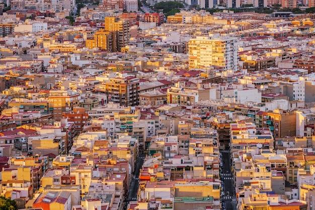 Widok z lotu ptaka na śródziemnomorskie miasto. dzielnica mieszkaniowa. wąskie ulice. alicante, hiszpania.