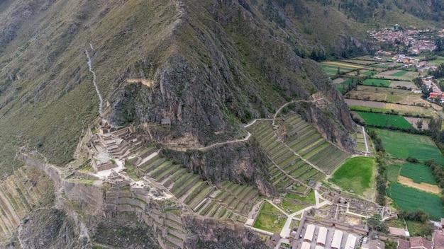 Widok z lotu ptaka na stanowisko archeologiczne ollantaytambo w świętej dolinie cusco. peru