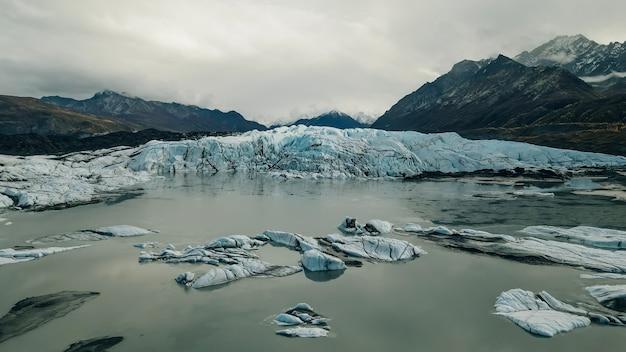 Widok z lotu ptaka na stanowy obszar rekreacyjny lodowiec matanuska na alasce. zdjęcie wysokiej jakości