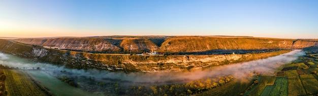 Widok z lotu ptaka na stary orhei o zachodzie słońca dolina z klasztorem mgły położonym na wzgórzu