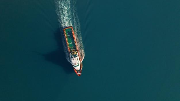 Widok z lotu ptaka na statek towarowy dla eksportu, wysyłki lub transportu logistyki importu