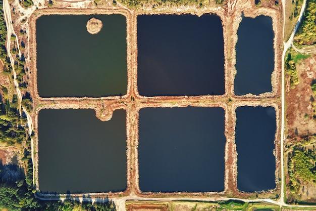 Widok z lotu ptaka na stawy do zbierania wody deszczowej. zbiorniki retencyjne na wodę deszczową, widok z lotu ptaka. sztuczne baseny do systemu nawadniania