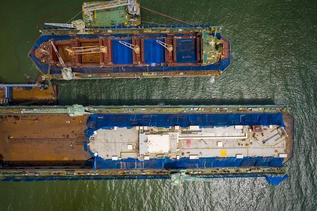 Widok z lotu ptaka na stocznię naprawiającą duży statek w tajlandii.