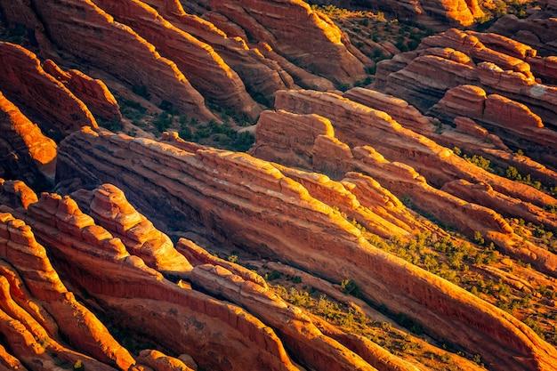 Widok z lotu ptaka na struktury geologiczne parku narodowego arches w stanie utah