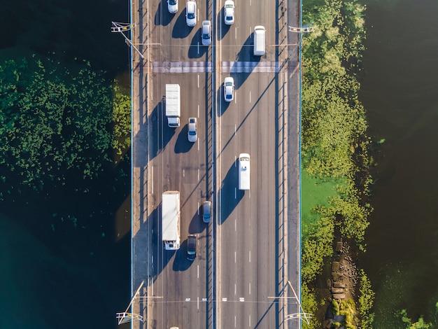 Widok z lotu ptaka na strumień samochodów na moście