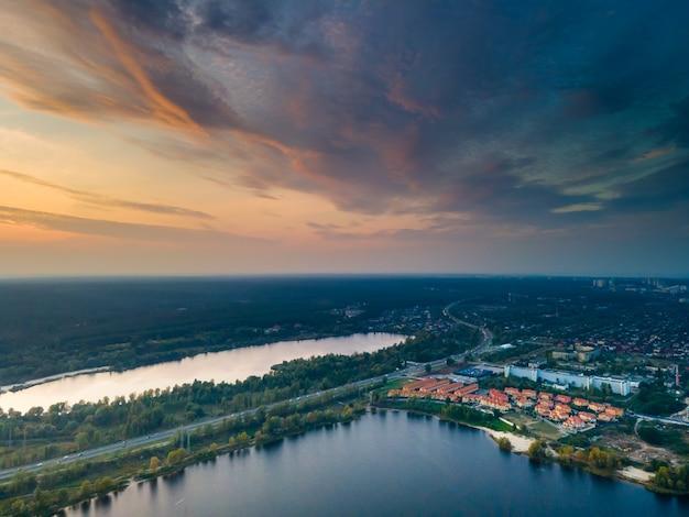 Widok z lotu ptaka na świeżą rzekę dniepr w kijowie