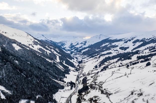 Widok z lotu ptaka na szczyty górskie pokryte śniegiem w ciągu dnia