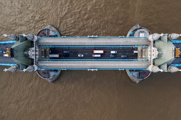 Widok z lotu ptaka na tower bridge w londynie, wielka brytania