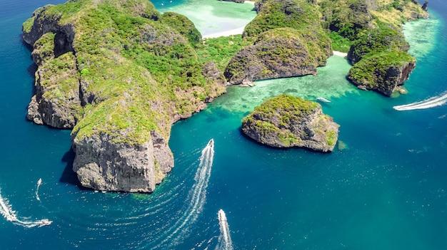 Widok z lotu ptaka na tropikalną wyspę ko phi phi, plaże i łodzie w błękitne czyste morze andamańskie z góry, piękne archipelagowe wyspy krabi, tajlandia