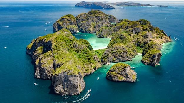 Widok z lotu ptaka na tropikalną wyspę ko phi phi, plaże i łodzie w niebieskiej, czystej wodzie morskiej andamanu z góry, piękne archipelagowe wyspy krabi, tajlandia