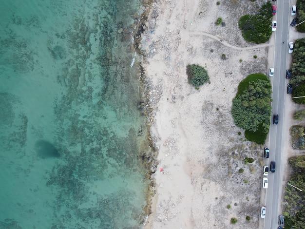 Widok z lotu ptaka na turkusową wodę morską na plaży