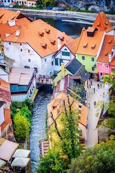 Widok z lotu ptaka na turystyczną ulicę w czeskim krumlovie