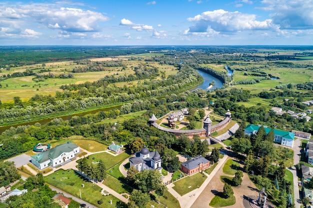 Widok z lotu ptaka na twierdzę baturyn z rzeką sejm w obwodzie czernihowskim ukrainy
