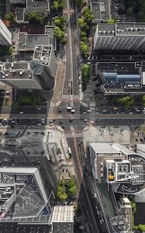 Widok z lotu ptaka na ulice z ruchem samochodowym w warszawie
