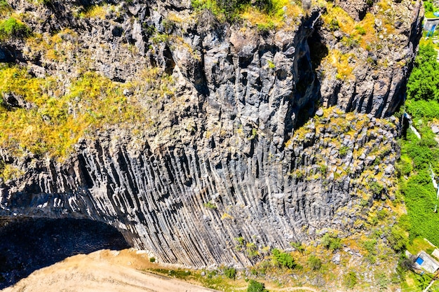 Widok z lotu ptaka na wąwóz garni z unikalnymi formacjami kolumn bazaltowych. armenia