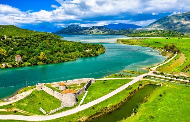 Widok z lotu ptaka na wenecki zamek trójkątny i kanał vivari w butrint w albanii