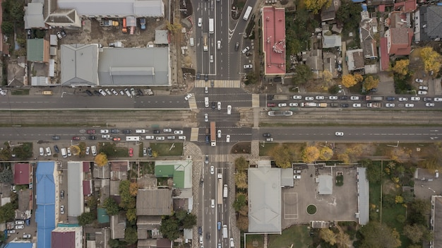 Widok z lotu ptaka na węzeł drogowy, skrzyżowania, drogi, mosty