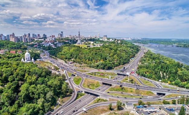 Widok z lotu ptaka na węzeł drogowy turbiny w kijowie, stolicy ukrainy