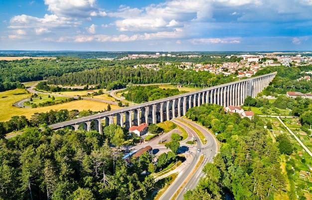 Widok z lotu ptaka na wiadukt chaumont, most kolejowy w departamencie haute-marne we francji