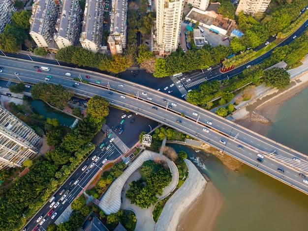 Widok z lotu ptaka na wiadukt drogi miejskiej w fuzhou, chiny