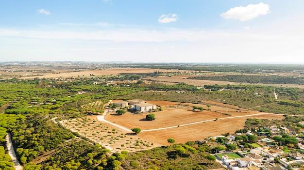 Widok z lotu ptaka na wiejski krajobraz i pola uprawne