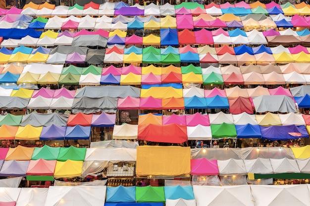 Widok z lotu ptaka na wielobarwne namioty / sprzedaż rynku wtórnego o zmierzchu.