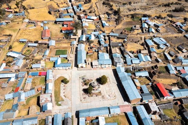 Widok z lotu ptaka na wieś w peruwiańskich andach