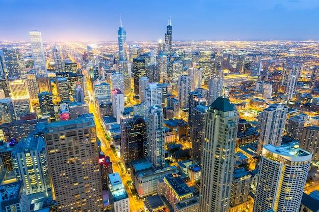 Widok z lotu ptaka na wieże centrum miasta o zachodzie słońca