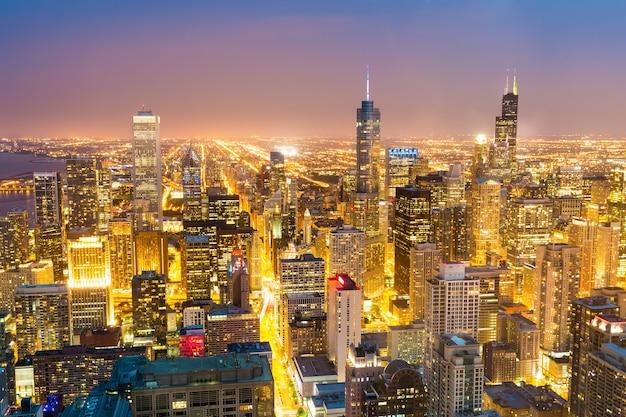 Widok z lotu ptaka na wieże centrum miasta w nocy