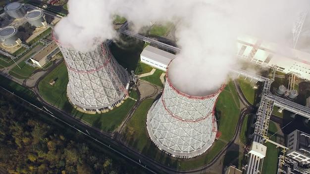Widok z lotu ptaka na wieże chłodnicze w elektrowni