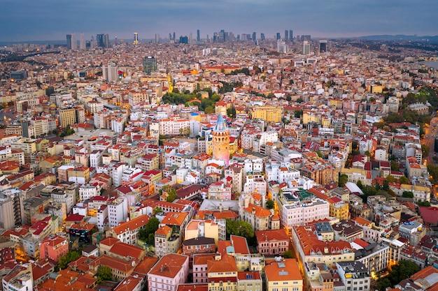 Widok z lotu ptaka na wieżę galata i miasto stambuł w turcji.