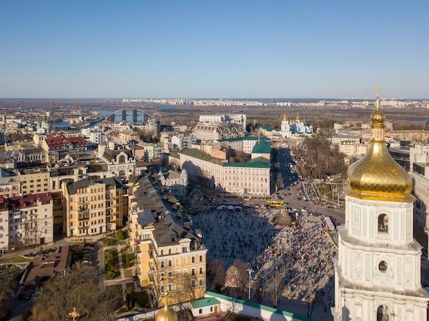 Widok z lotu ptaka na wieżę katedry św. zofii, most, rzekę dniepro i sankt petersburg. michaels golden-domed monastery w kijowie na ukrainie. zdjęcie drona