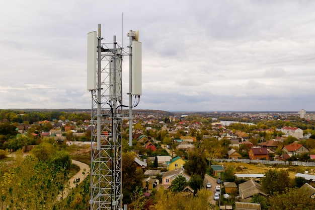 Widok z lotu ptaka na wieżę z anteną sieci komórkowej 5g i 4g.