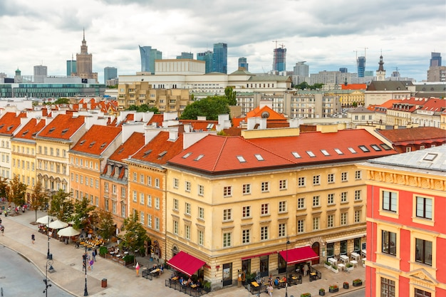 Widok z lotu ptaka na wieżowce i stare miasto w warszawie.