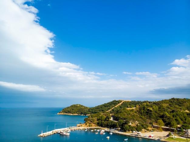 Widok z lotu ptaka na wioskę olympiada w halkidiki w grecji