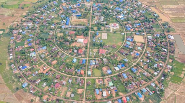 Widok z lotu ptaka na wioski w kręgu z dronami