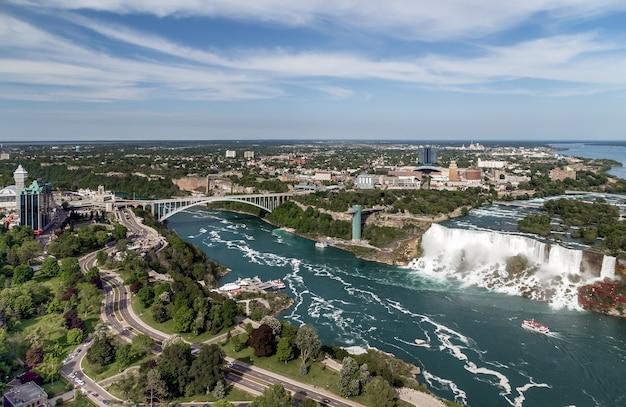 Widok z lotu ptaka na wodospad niagara tęczowy most na rzece niagara od strony kanadyjskiej